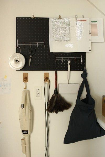牆面也可以運用「托盤收納」的概念,整理難收納的雜物。 圖/取自50+(Fifty...