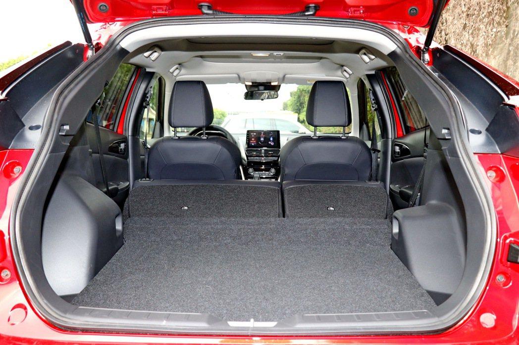 小改款後行李廂容積更加大15%、深度加長11.3CM。 記者陳威任/攝影