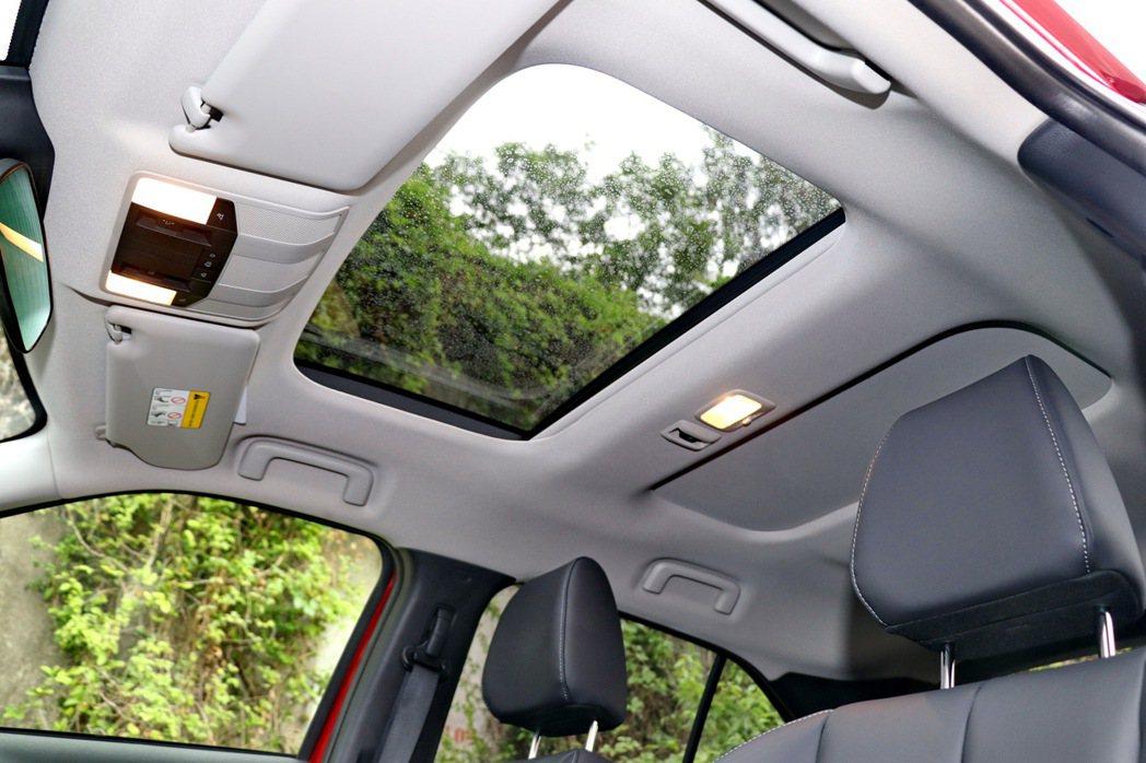 天窗採用兩片式,可以隨使用者需求調整。 記者陳威任/攝影