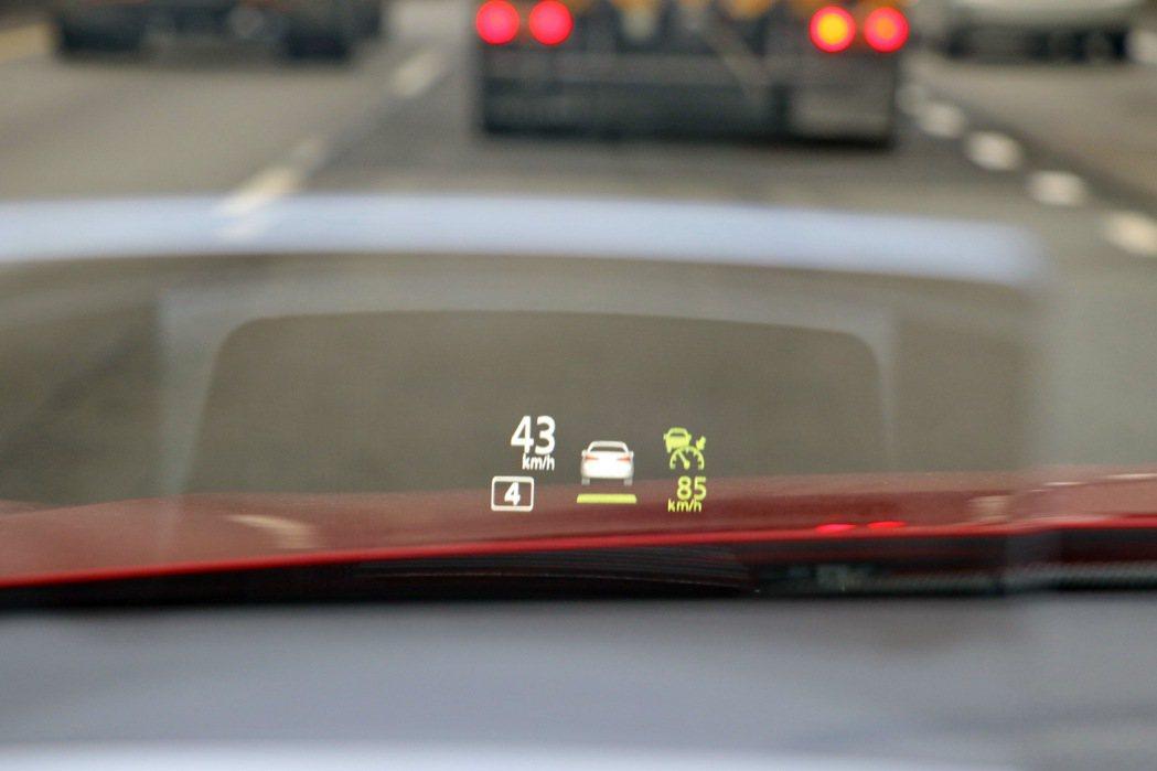 HUD抬頭顯示器可顯示包括車速、ACC設定及相關警示。 記者陳威任/攝影