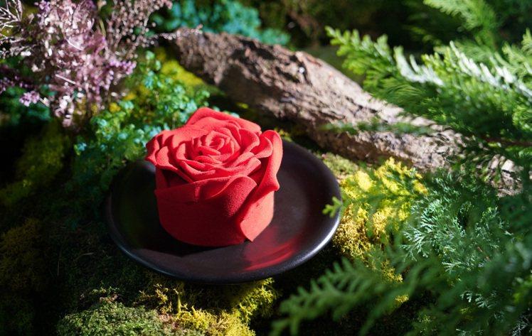 「玫你不可」情人節蛋糕,將巧克力捏製出層層疊綴的擬真花瓣,宛如花朵綻放的仿真玫瑰...