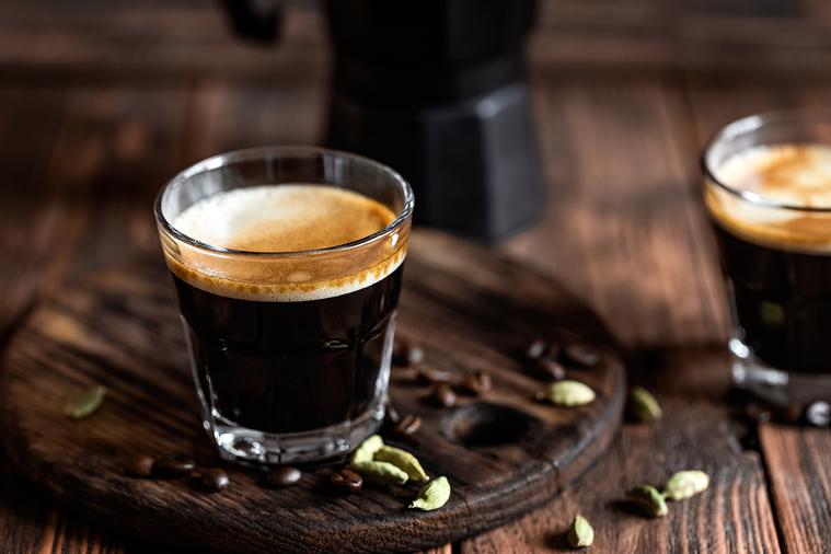 咖啡因是容易上癮的藥物,每天大量使用將逐漸產生抗藥性。為了獲得足夠刺激,你所需要...