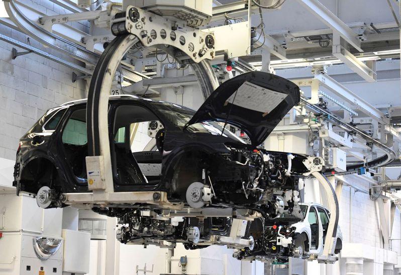 全球车用晶片短缺,导致汽车减产,美、德、日陆续向台湾求助。 路透社(photo:UDN)