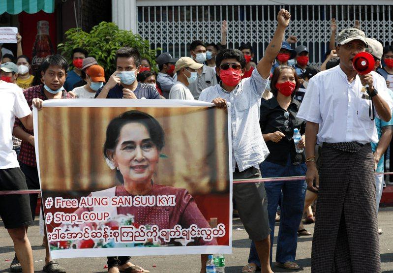 緬甸民眾不滿軍方政變、推翻民選政府實質領導人翁山蘇姬。 歐新社