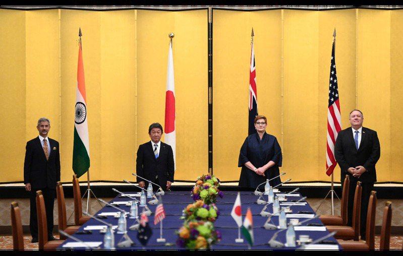 美國務卿龐培歐(右起)、澳洲外長潘恩、日本外相茂木敏充、印度外長蘇傑生去年10月...