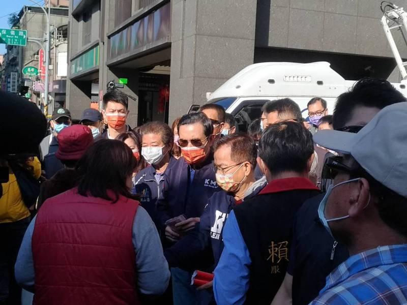 前總統馬英九今天在立委賴士葆的陪同下,前往木柵市場發春聯。記者林麗玉/攝影