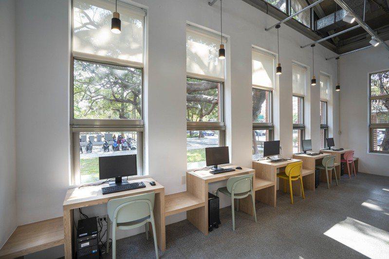 新竹市青少年館經翻修後,採「開放式」設計,自然光從大片落地窗灑落在各個角落,預計3月全新開館,並從原本閱覽室正式升格為圖書館。圖/新竹市政府提供