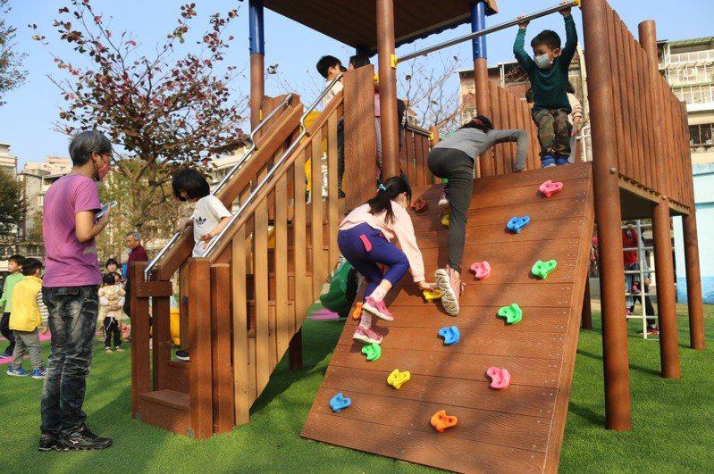 中和區秀山公園遊戲場翻新,吸引許多家長帶小朋友來此遊玩。圖/中和區公所提供