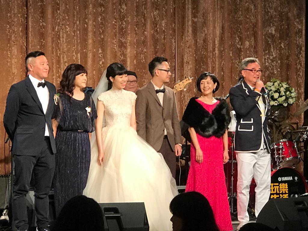 陳昇(右)上台致詞,對於兒子(右三)完婚相當感動。圖/讀者提供