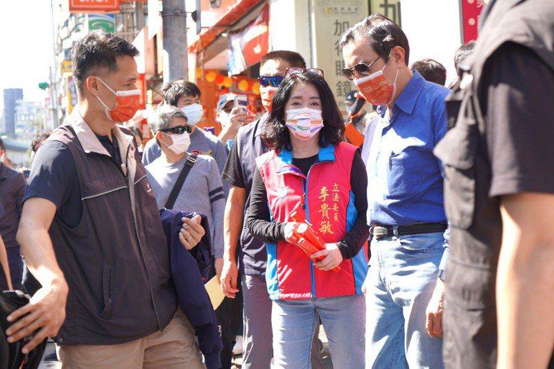 國民黨立委李貴敏今天與青年志工在內湖湖光市場推動反萊豬公投連署,巧遇向民眾拜早年的前總統馬英九。圖/李貴敏辦公室提供