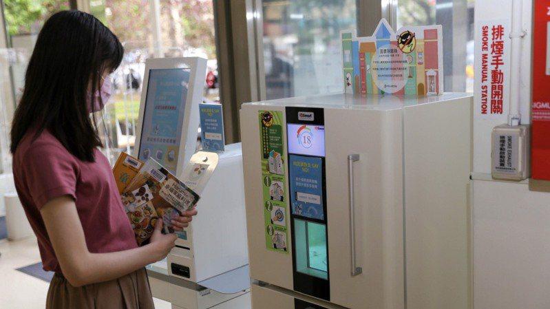 台中市文化局強調全面提升防疫整備,圖為紫外線菌機,為書本殺菌。圖/台中市文化局提供