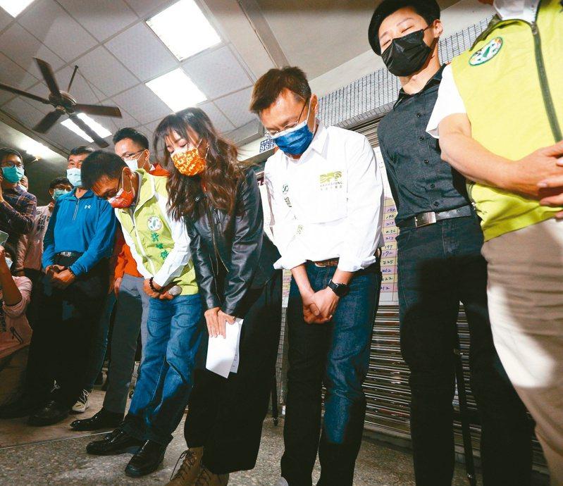 罷免投票出爐,高雄市議員黃捷保住議員席次,黃捷(黑色外套者)昨晚率團隊鞠躬答謝鄉親支持。記者劉學聖/攝影
