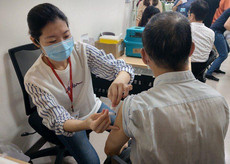 桃園市衛生局表示,往年流感疫情高峰常落在農曆春節前後,特別在13個行政區加開流感疫苗接種站,目前桃園市流感疫苗剩下3萬多劑,呼籲民眾要打要快。圖/市府衛生局提供