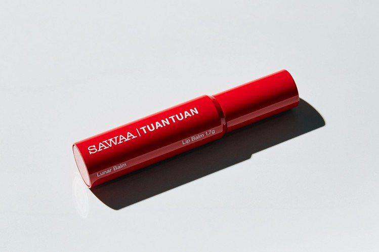 唇膏管身以火紅色團團專屬的鋼琴烤漆製成,象徵戀愛中濃烈不朽的熱情,並搭配白色「S...