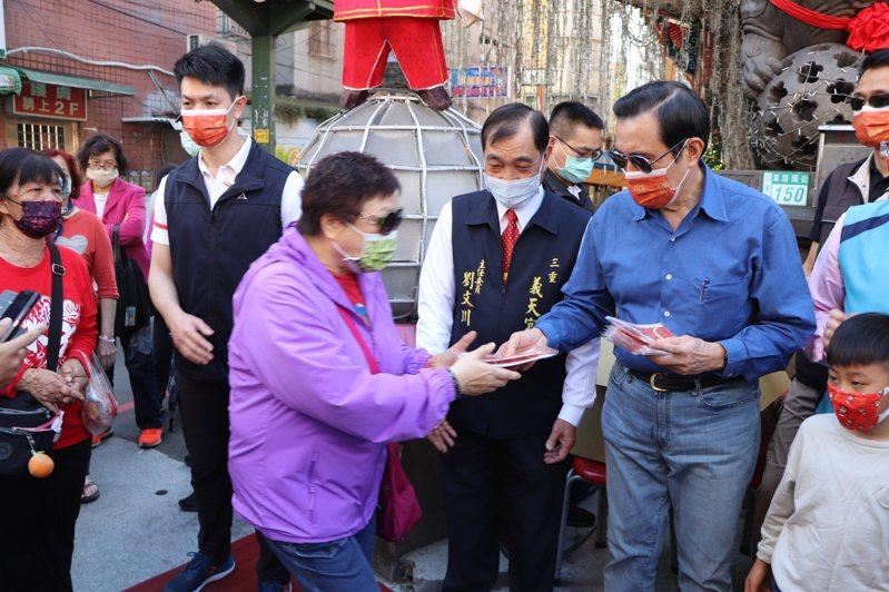 前總統馬英九今日下午至新北市三重區義天宮發送春聯及口罩。記者吳亮賢/攝影