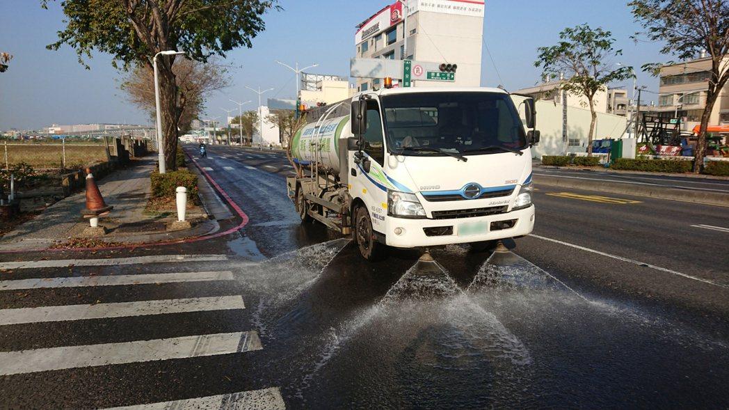 高雄市環保局執行洗掃街作業。圖/環保署提供