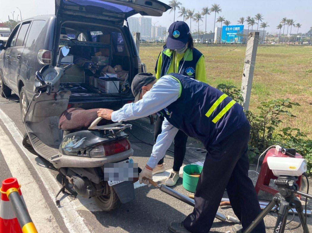 台南市環保局進行機車攔檢。圖/環保署提供