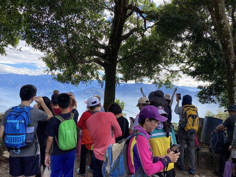 雲嘉地區大尖山、二尖山登山者眾多,圖為大尖山攻頂處人潮。記者陳雅玲/攝影