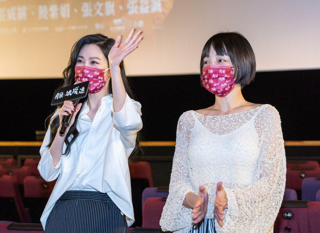 曾莞婷(左)和謝欣穎(右)為電影跑戲院宣傳。圖/巧克麗娛樂提供