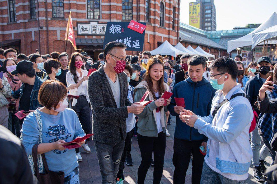 龍劭華跟著「角頭-浪流連」電影團隊提前一週在西門町遊街、發紅包。圖/巧克麗娛樂提...