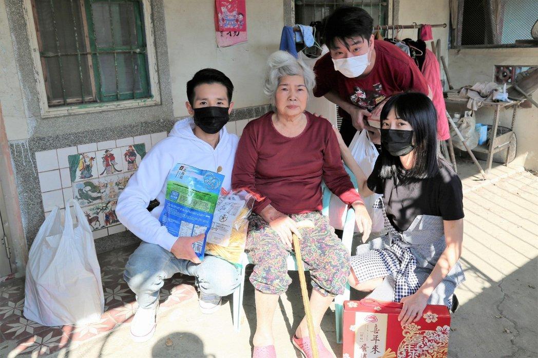 黎晏孜(右)和味噌(右二)以及孟翔(左),陪獨居阿嬷聊天,老人家超開心。圖/經紀