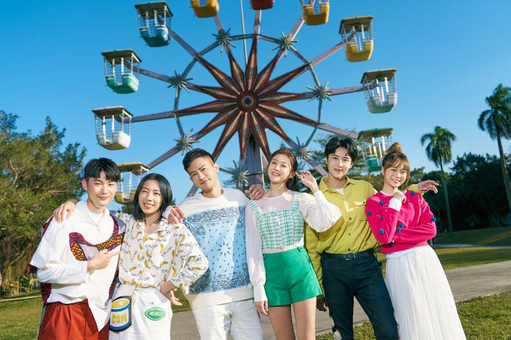 劉晉瑋(左起)、李悠、鄒承恩、林逸欣、萬家麟、顏怡平齊聚拍攝年曆。圖/旋轉娛樂提