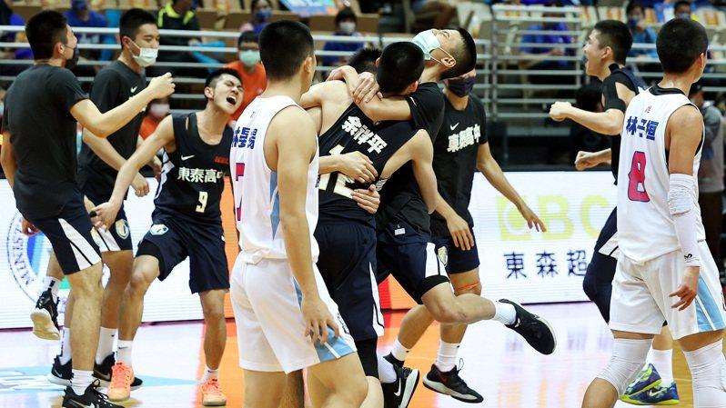 東泰擊敗二連霸的能仁,拿下HBL男子組最後一張決賽門票,球員興奮地在場中擁抱慶賀。記者侯永全/攝影