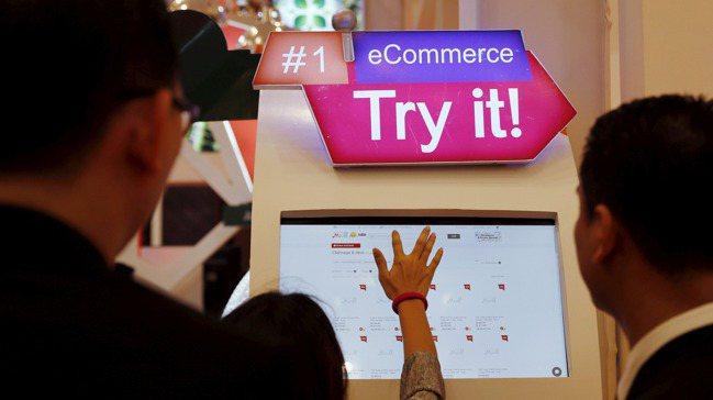 新冠肺炎肆虐後,數以百萬計民眾轉向網購,當地企業也迅速回應,線上銷售額激增54%...
