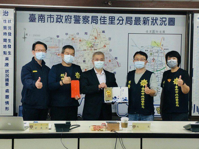 台南市警察局長方仰寧(中)在佳里警分局長甘炎民(左一)陪同,巡視警分局,聆聽基層心聲,會中也頒發破案獎金與茶葉鼓勵。記者謝進盛/翻攝