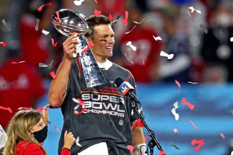 坦帕灣海盜奪下隊史第2座超級盃,布雷迪生涯第5次獲選MVP。 路透