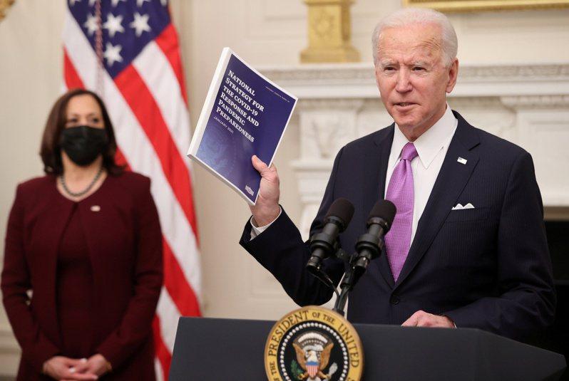 賀錦麗(左)頂著美國第一位女性、亞非裔副總統光環,如影隨形出現在每一個美國總統拜登(右)露面的場合。路透