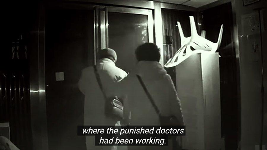 中國當局對疫情起初的回應是淡化和否認,甚至將幾名吹哨者粗暴噤聲。圖為《In the Same Breath》截圖。 圖/截自預告片