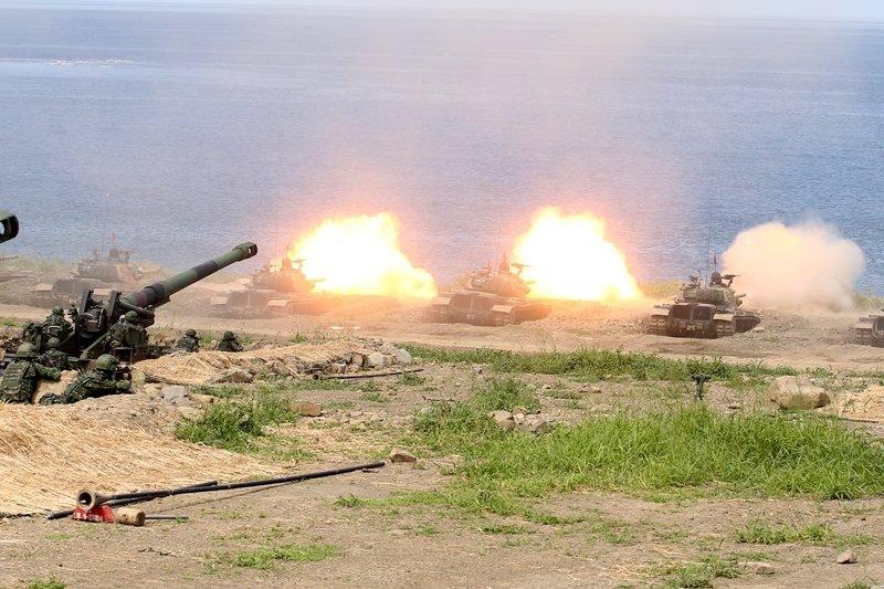 國軍漢光35號演習的反登陸「聯合灘岸殲敵作戰實彈射擊」,CM11射擊海上目標。 圖/聯合報系資料照