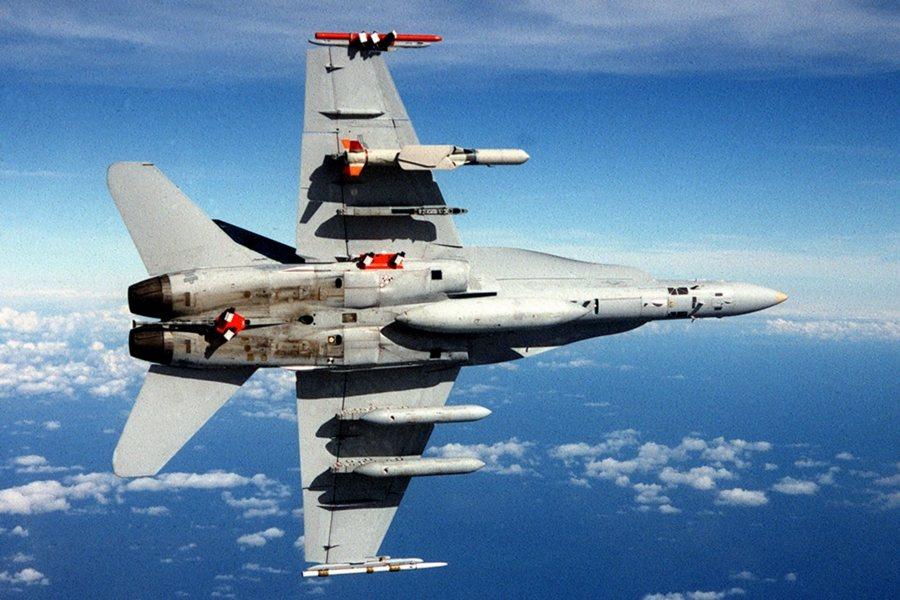 F-18C右翼下的SLAM-ER飛彈,是魚叉攻船飛彈的增程陸攻型。 圖/美國海軍檔案照