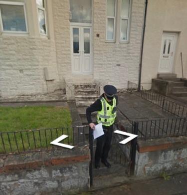 男子發現警察出現在他想買的房子附近的Google街景圖裡。圖/取自Darren Connell Twitter