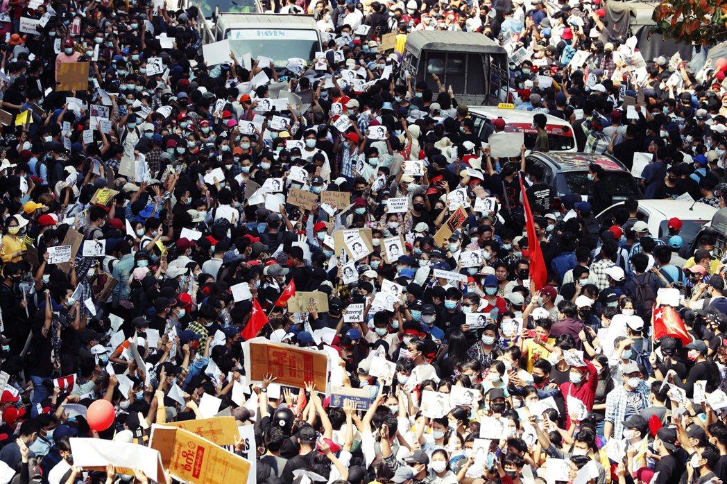 緬甸政變之後進入緊急狀態,但不久之後的周末隨即出現大批民眾上街示威遊行,圖為2月...