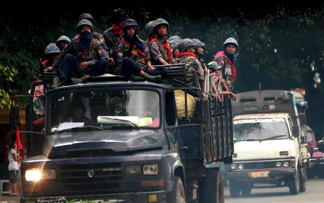 緬甸軍方下令鎮壓抗爭運動,仰光街頭處處有軍隊巡邏。圖為2007年9月29日得仰光...