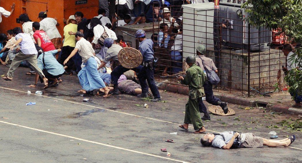 2007年緬甸爆發大規模反軍政府的「番紅花革命」抗爭,軍政府從26日開始進行武力...