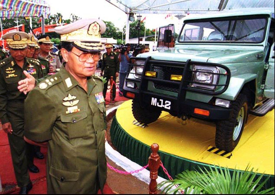 圖為1996年5月,丹瑞參觀緬甸首次舉辦的產業博覽會。丹瑞領導期間,扶植了軍營巨...