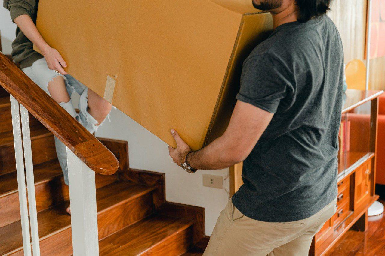 面對比較重的家具,例如沙發、冰箱、流理台,建議尋求周圍家人的幫忙,多花一點點時間...