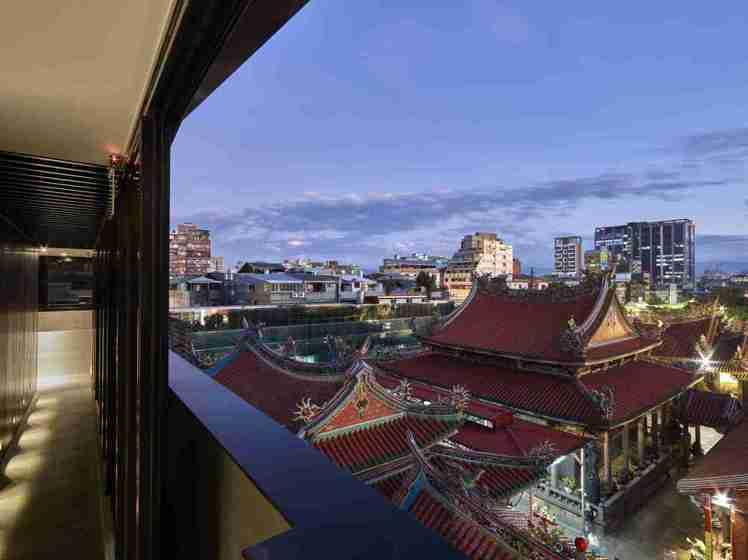 位在台北萬華區的「文舺行旅」緊鄰龍山寺,住客望向窗外還能俯瞰寺廟的全景。圖/Bo...