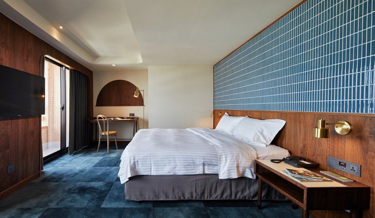 「天下南隅(天下大飯店)」使用馬賽克瓷磚,深色木紋,舊燈和磨石牆等元素,融合出現...