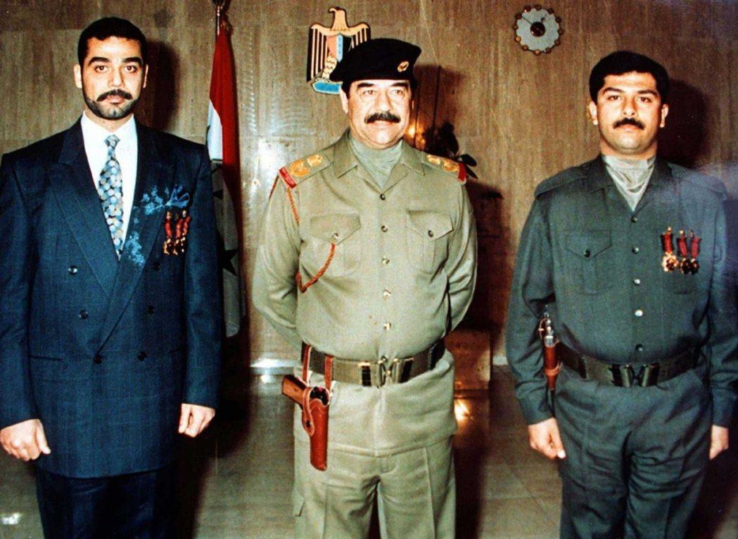 海珊(中)與兩個兒子烏代(左)、庫賽(右)。提克里特海珊一族的愛恨鬥爭與淫亂暴虐...