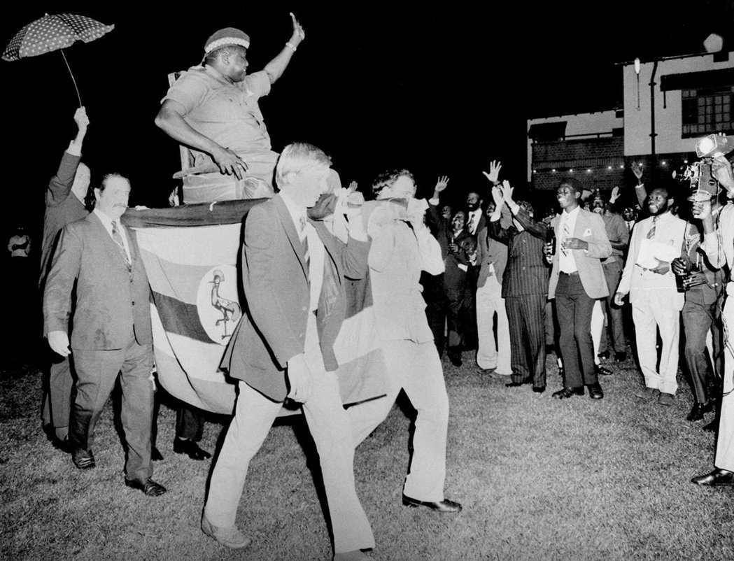 阿敏真的很喜歡被「西方人簇擁」的注視感。圖為1975年烏干達的外交派對,英國商人...