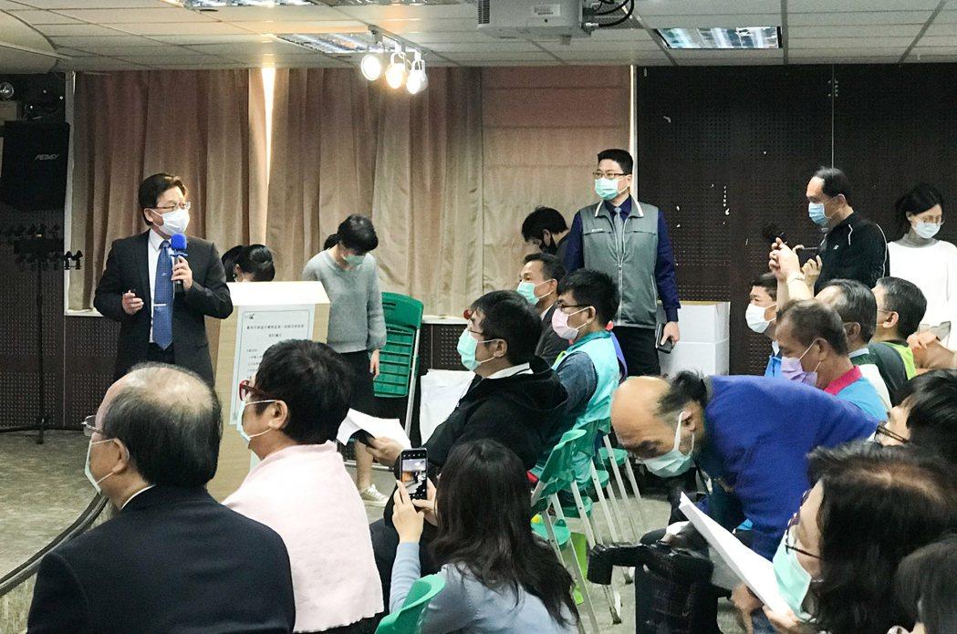 台南市都發局長莊德樑(左)說,平實案青年公宅適合全齡居住,降低青年、弱勢族群居住...
