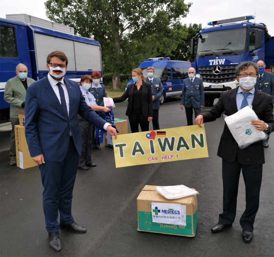 美德醫療捐贈數千件防護衣至駐德國代表處   美德醫療/提供