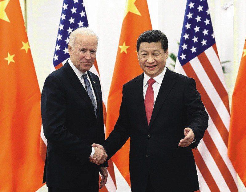 拜登(左)在專訪提到中國國家主席習近平骨子裡沒有民主,預期美國與中國將會激烈競爭。 新華社