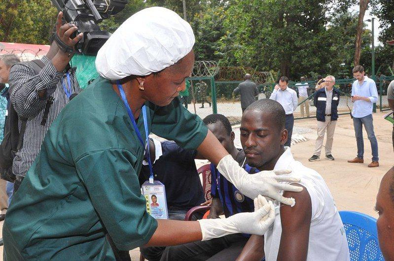 民主剛果共和國伊波拉疫情復燃。圖為施打伊波拉疫苗。(photo by UC Rusal Photo Gallery on Wikimedia under CC2.0 )
