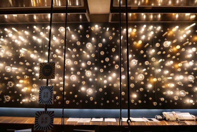 櫃檯後方大大小小燈泡的牆面,超有設計感的。