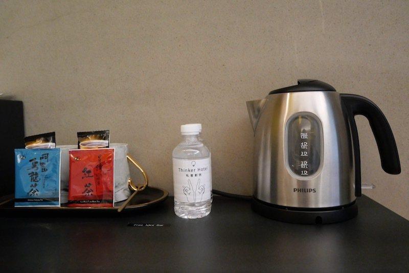 房內的阿里山茶包和老舊金山拿鐵咖啡包